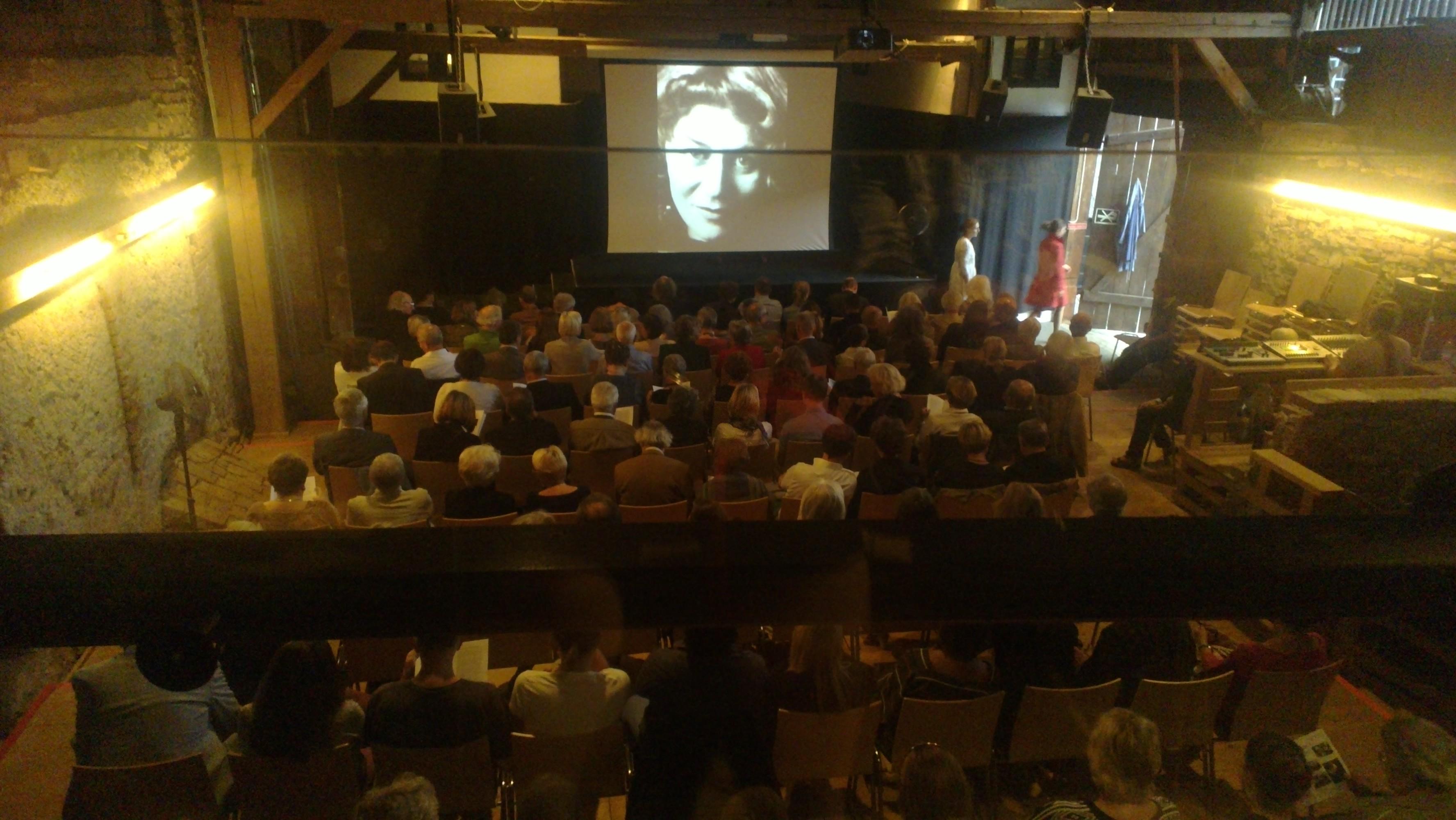 Publikum bei einer Lesung in Ohlsdorf