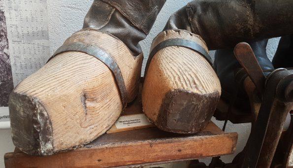 Farbphoto: Holzstiefel für Waldarbeiter